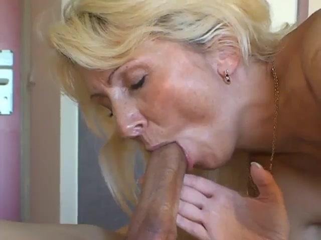 Секс со зрелой блондой крупным планом