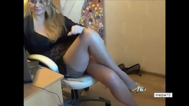 Показывает сексуальные ножки по вебке