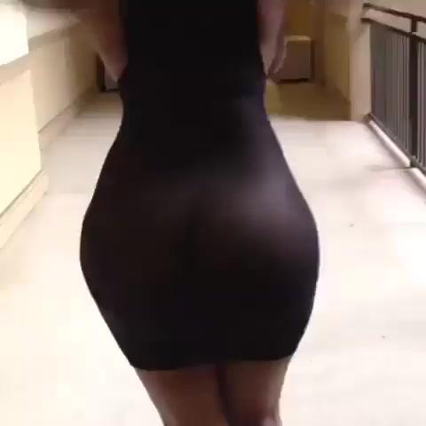 Трясет красивой попкой в платье