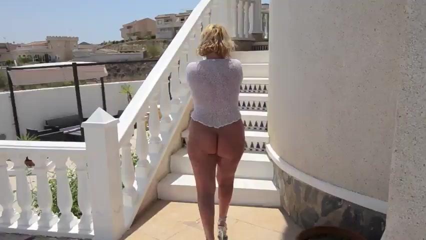 Сорокалетняя женщина показывает голую попку