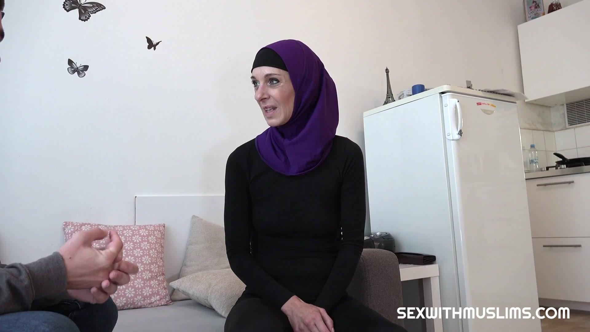 Женщина в хиджабе не только дрочит, но и дает