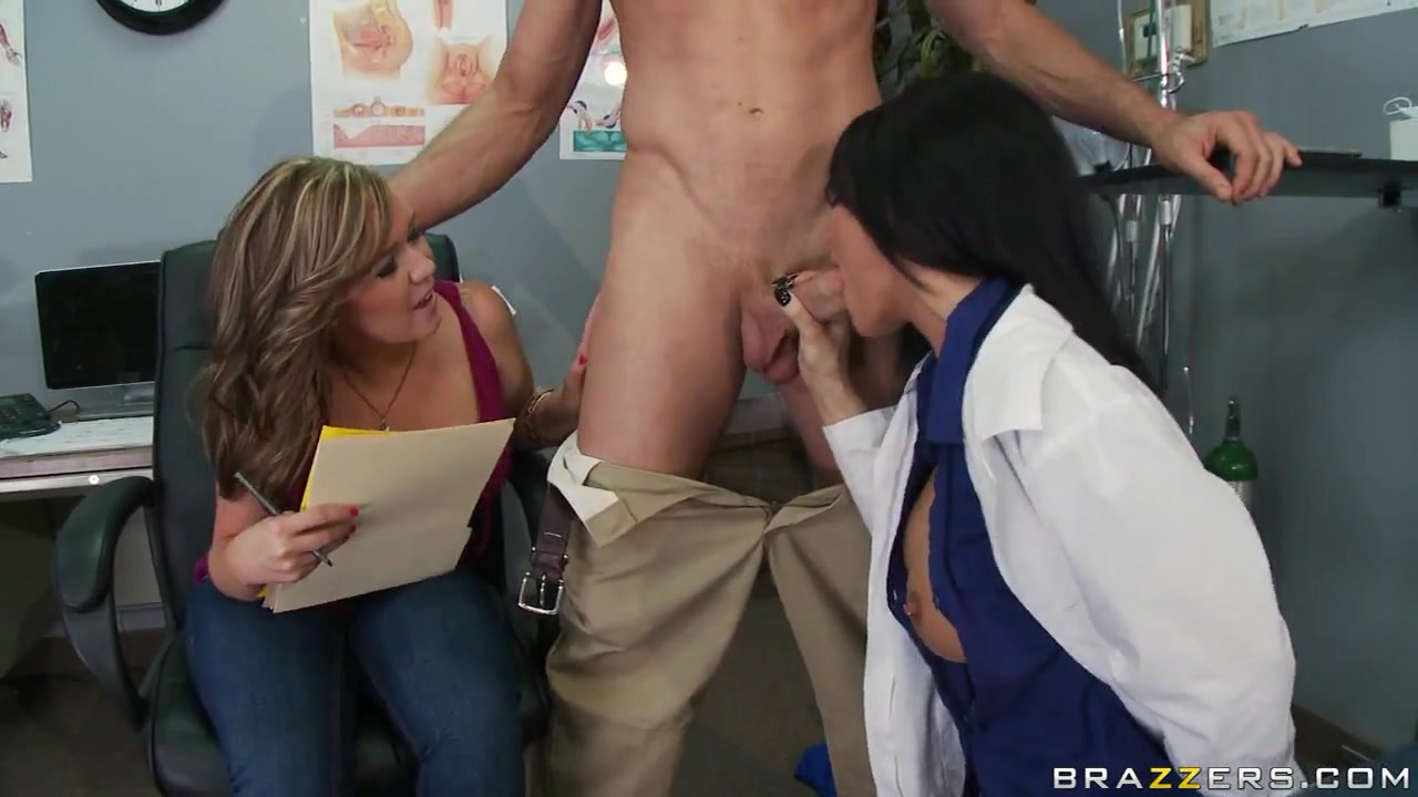 Женщина сексолог учит пару ебаться