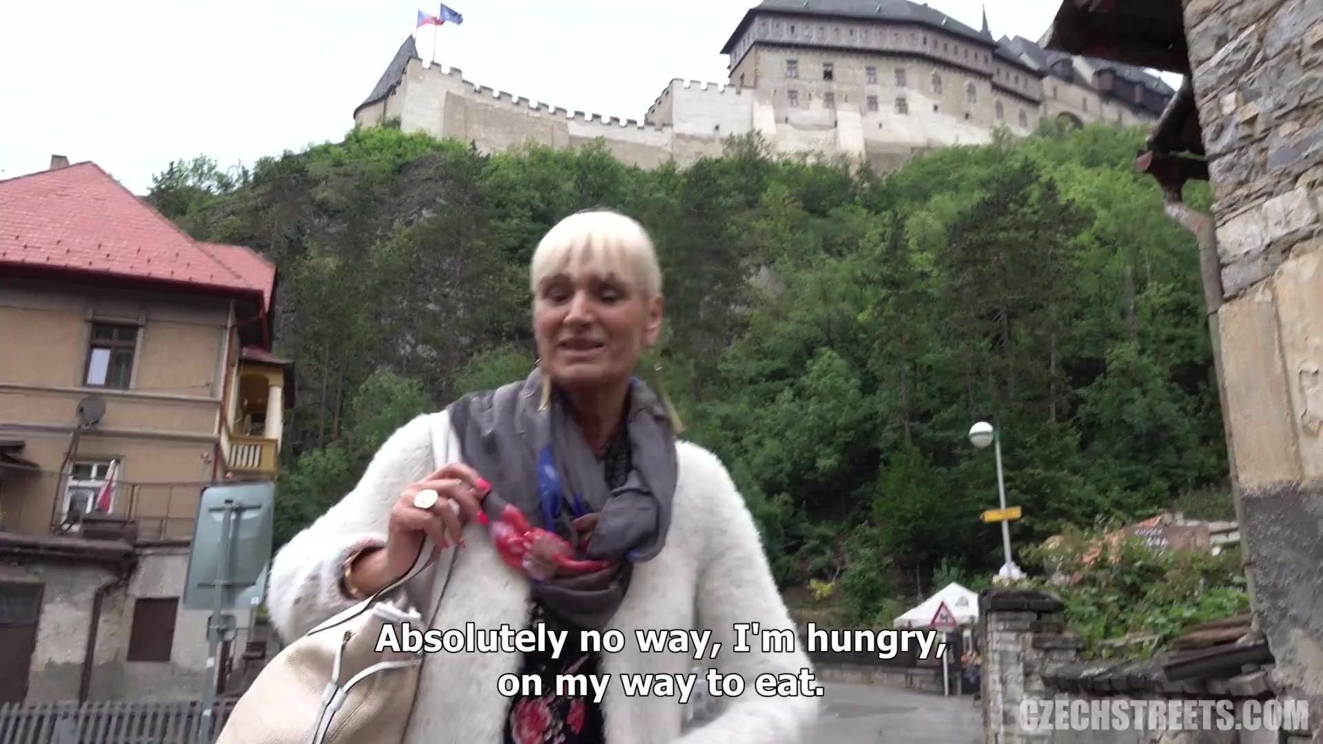 Пожилая чешка с большими грудями дала незнакомцу в кустах