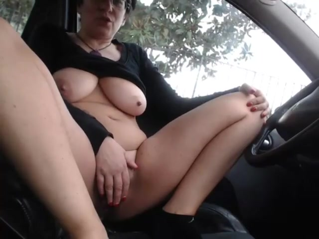 Женщина мастурбирует в машине