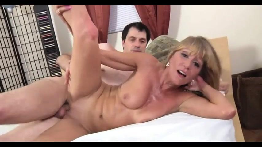 Женщина с небольшими висячками радостно ебется