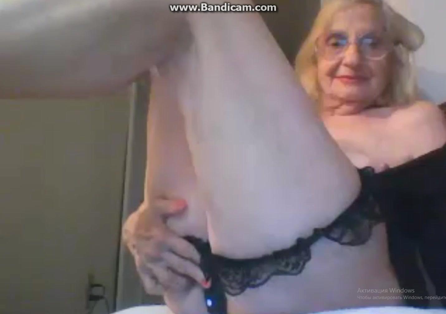 Очень старая бабка вставила в пизду самотык