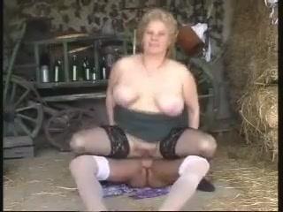 Старуха встретилась с любовником в сарае