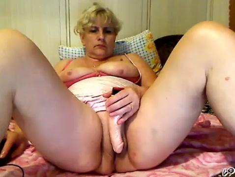 Ирина мастурбирует с серьезным лицом