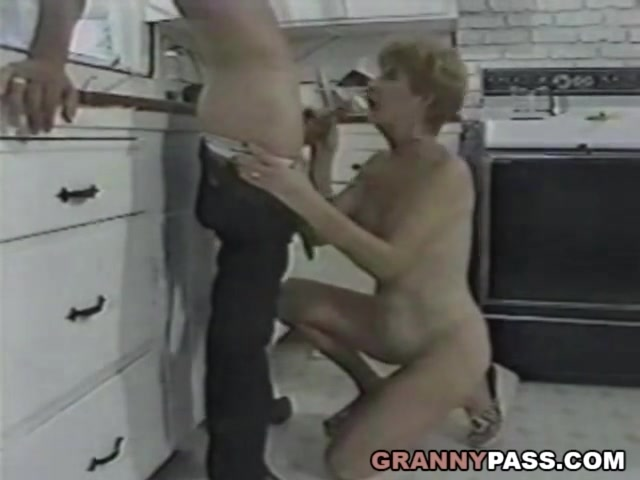 Старуха ебется с молодым на кухне