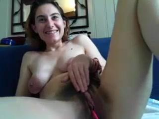 Возбужденная женщина надрачивает киску