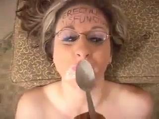 Очкастая шалава обучает парня сексу