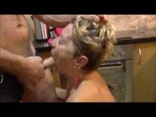 Сосед ебет бабулю с лохматой мандой на кухне