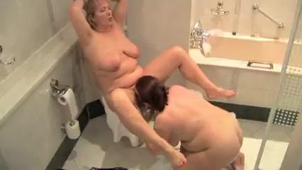Зрелые замужние лесбиянки уединились от супругов в туалете