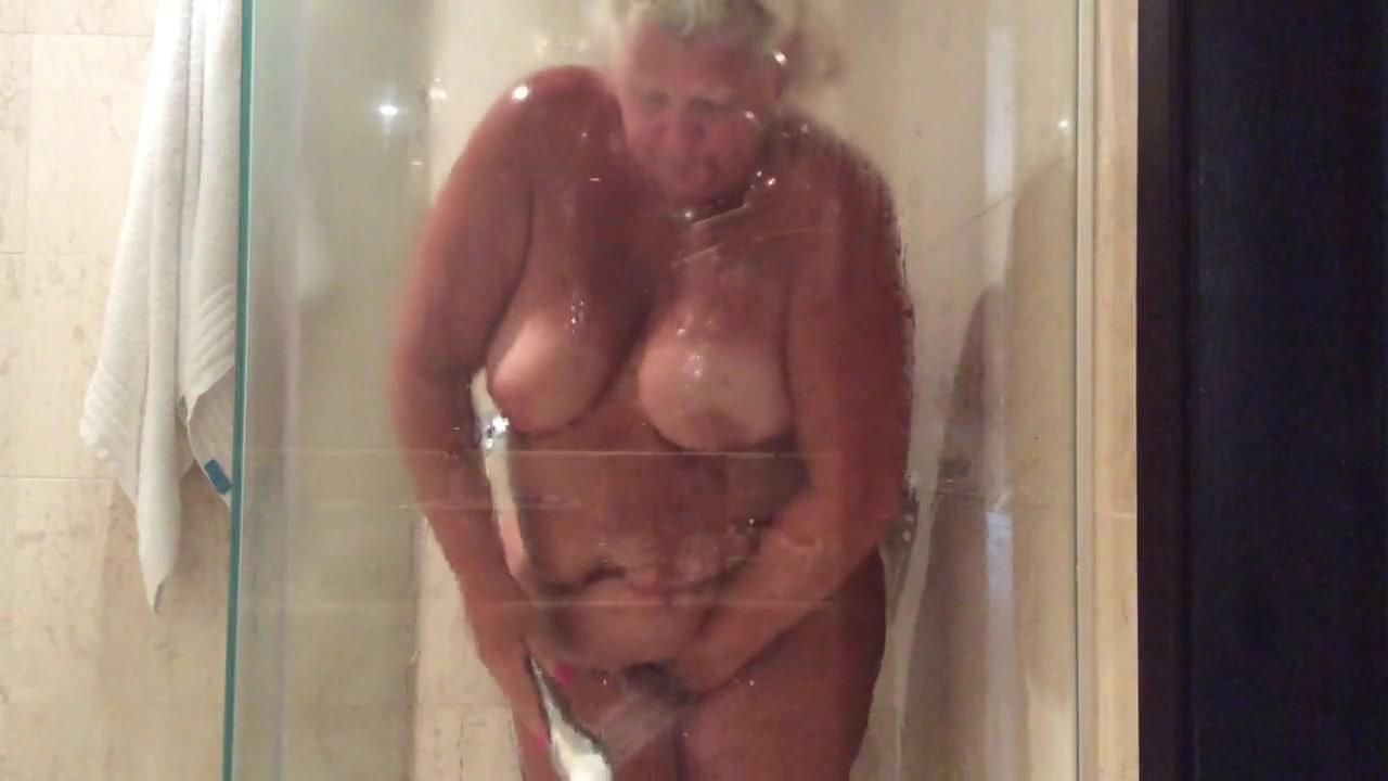 Толстая женщина принимает душ