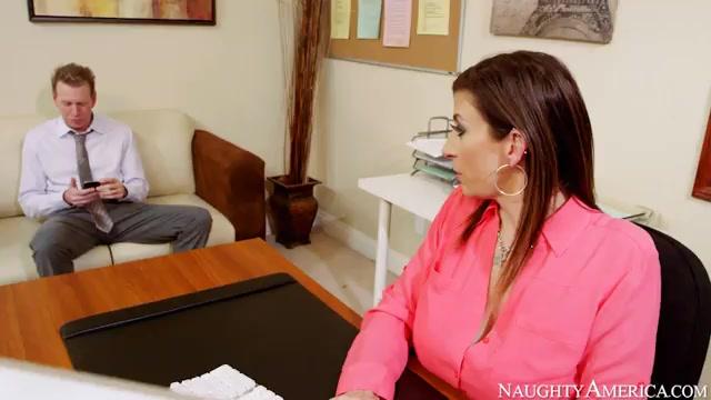 Зрелая сисястая секретарша ублажает коллегу и  сама кончает