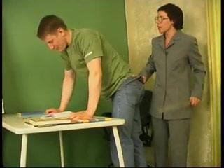 Застенчивая училка раскрутила распиздяя на секс