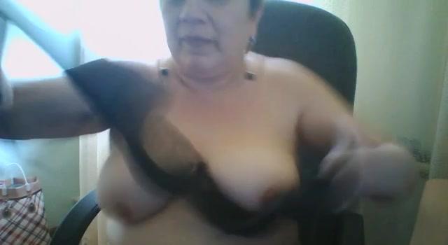 Толстая тетка шалит с писькой перед камерой на рабочем месте