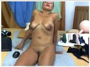 Наяривает анус секс игрушкой