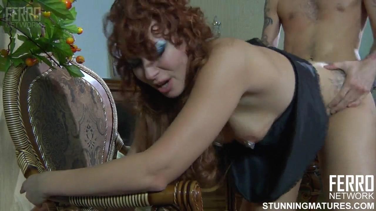 Рыжая дама с пирсингом на сосках дала телемастеру полизать писю