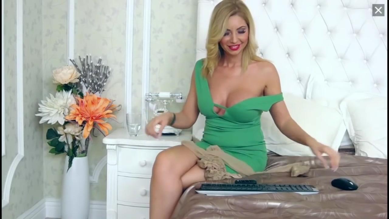 Блондинка эротично надевает чулки