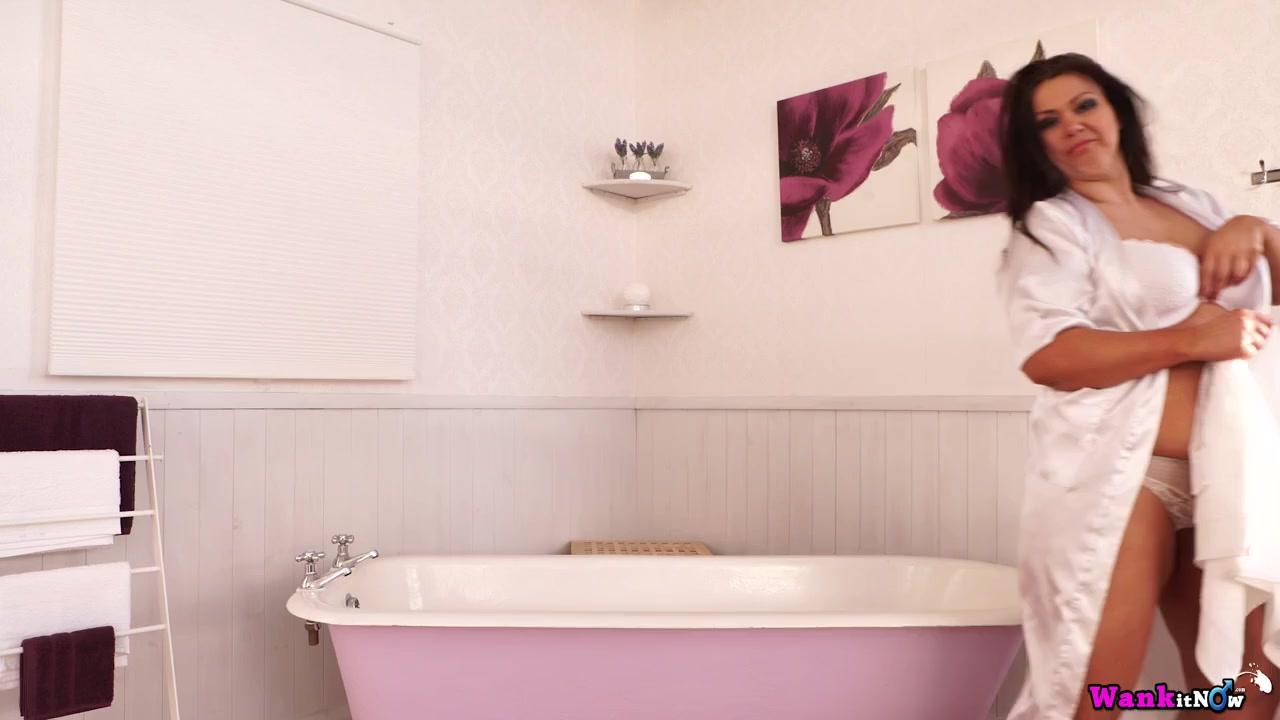 Прежде чем принять ванную, красивая толстушка показала натуральные титьки и гладкую манду