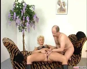 Плешивый любовник лижет даме писю и трахает ее стоя