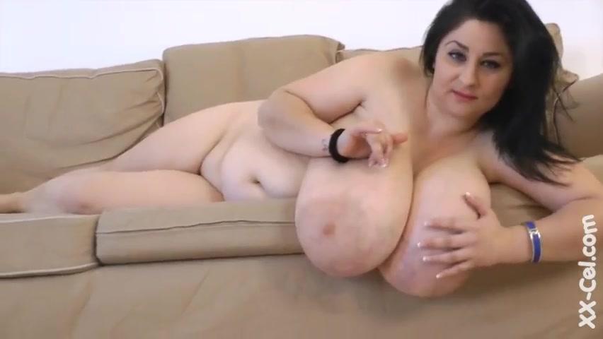 Обнажение толстушки с огромными дойками