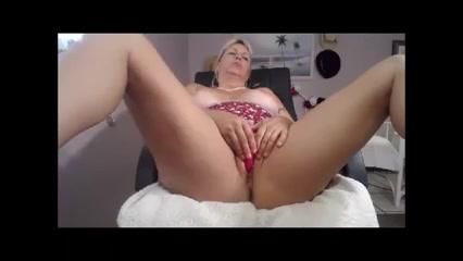 Толстая блондинка общается с поклонниками и дрючит вагину разными игрушками