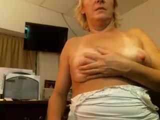 Развратная старушка демонстрирует большие буфера всему миру перед камерой