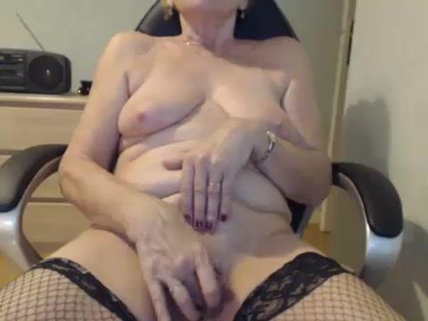 Пожилая мастурбаторша Селин