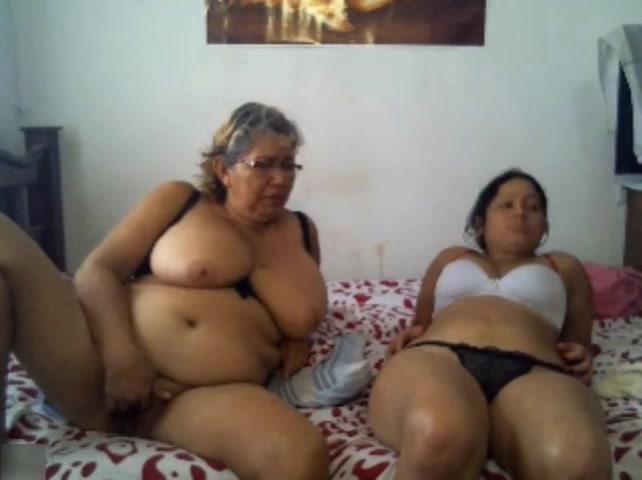 Латинская бабуся и внучка показывают жопы по вебке